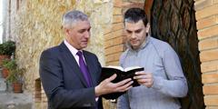 Ett Jehovas vittne som predikar