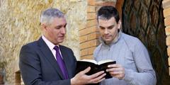 Ein Zeuge Jehovas unterhält sich mit jemand über die Bibel
