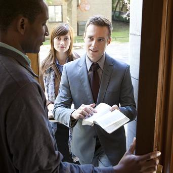 شاهدان یَهُوَه در حال موعظه