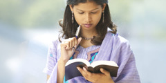 Wanfala woman studyim Bible