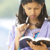 En kvinde der studerer Bibelen