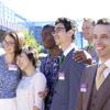 Fröhliche Gesichter: eine bunt gemischte Gruppe aus allen möglichen Ländern