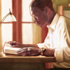 Een man die de Bijbel bestudeert