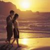 Супружеская пара прогуливается по пляжу