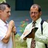 Een van Jehovah's Getuigen praat met iemand over zijn geloofsopvattingen uit de Bijbel