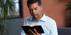 Maður les í Biblíunni