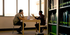 Ein Junge erklärt seinem Mitschüler, warum er an Gott glaubt