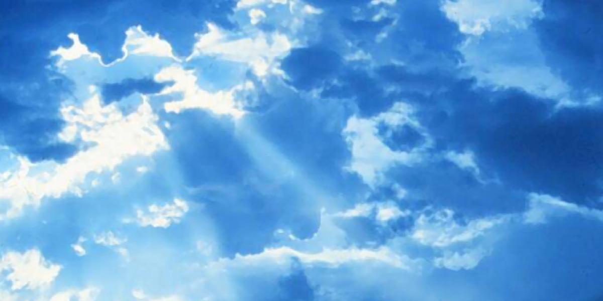 Raggi di sole che risplendono tra le nuvole