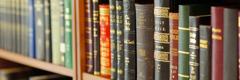 Eri raamatunkäännöksiä kirjahyllyssä