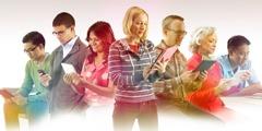Erikielisiä ihmisiä lukemassa jw.orgia