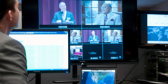 Een technicus monitort de webcast
