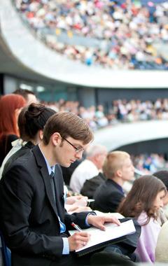 Pessoas assistindo a um congresso das Testemunhas de Jeová