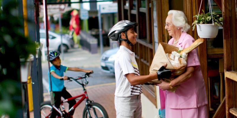 Resultado de imagen de ayudando a anciana