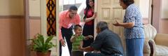 Семейство води малкия си син при баба му и дядо му
