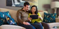 Ein Ehepaar surft auf jw.org
