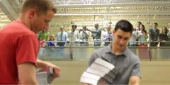 뉴욕 주 월킬의 인쇄 시설을 견학하는 사람들