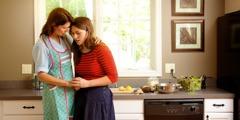 Eine Teenagerin vertraut sich ihrer Mutter an