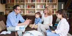 Eltern benutzen die Bibel und Literatur von Jehovas Zeugen für die Kindererziehung