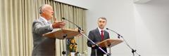 Ստիվեն Լեթը աստվածաշնչյան ելույթ է ներկայացնում տեղի թարգմանիչներից մեկի օգնությամբ