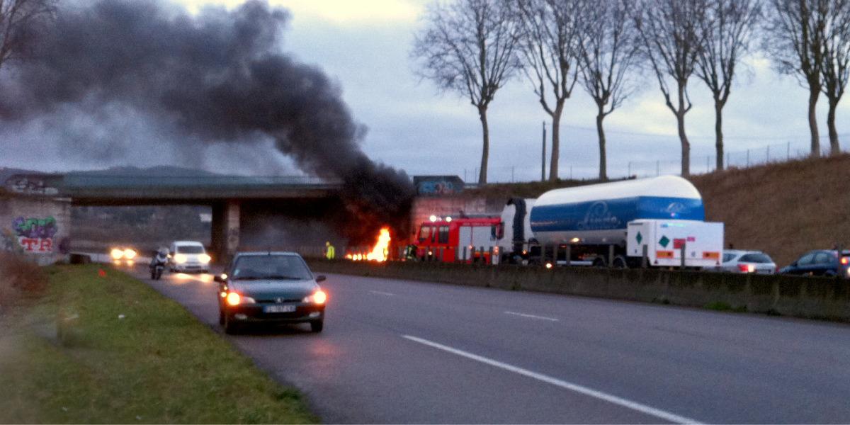 Carro pegando fogo após acidente em estrada na França