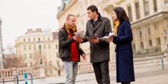 Zwei Zeugen Jehovas stellen in einer Großstadt kostenlos Infomaterial zur Verfügung