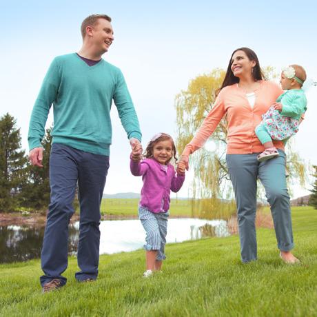 Муж, жена и двое их детей проводят время на природе