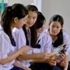 Schülerinnen in Thailand unterhalten sich über die Erwachet!-Ausgabe