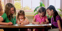 Dua gadis kecil sedang menggambar