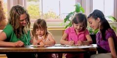 Kaksi pientä tyttöä piirtämässä.