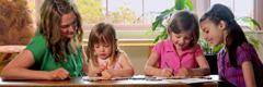 Zwei Mädchen malen ein Bild