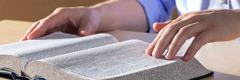 Saksi ni Jehova na nagbabasa ng Bibliya