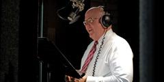 Mark Sanderson hallintoelimestä lukee äänitysstudiossa.