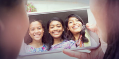 Mga tin-edyer na babaeng nagse-selfie