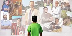 צעיר מתבונן על מספר דמויות אפשריות לחיקוי