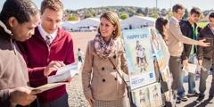Jehovah se Getuies in Sentraal-Europa vertroos vlugtelinge met behulp van die Bybel