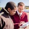 中央ヨーロッパの1人のエホバの証人が難民に聖書からの慰めの言葉を伝えている