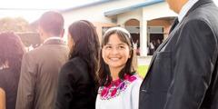 Људи чекају у реду за обилазак подружнице у Средњој Америци
