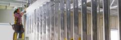 Մասնագետը ստուգում է էլեկտրական մոնտաժի խողովակների միջև եղած տարածությունը
