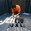 Κατασκευή της πινακίδας της εισόδου στην έκθεση «Ένας Λαός για το Όνομα του Ιεχωβά»