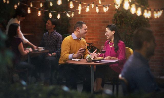 Un matrimonio cenando en un restaurante