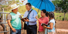 Óscar Serpas a feleségével és a lányával tanúskodik egy férfinak