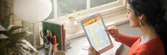 Babaeng nakatingin sa Bible-reading schedule sa jw.org