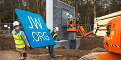 Ηλεκτρολόγοι τοποθετούν μια πινακίδα στην είσοδο του νέου γραφείου τμήματος της Βρετανίας