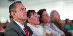Persones en un congrés veient un vídeo en el seu idioma