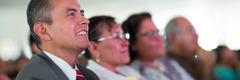 Persoane care urmăresc un film în limba lor prezentat la un congres