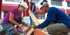 Uns treballadors preparen l'encofrat d'un pas per als vianants