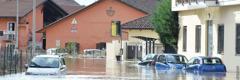 Kereta ditenggelami air di jalan yang banjir berdekatan Moncalieri, Itali