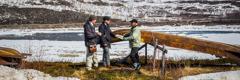 Jehobaren lekukoak Bibliaren mezuari buruz hitz egiten samiar gizon batekin Laponian