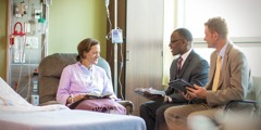 Dois anciãos do GVP visitam uma Testemunha de Jeová num hospital
