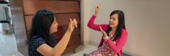 Twee vrouens kommunikeer in Indonesiese Gebaretaal